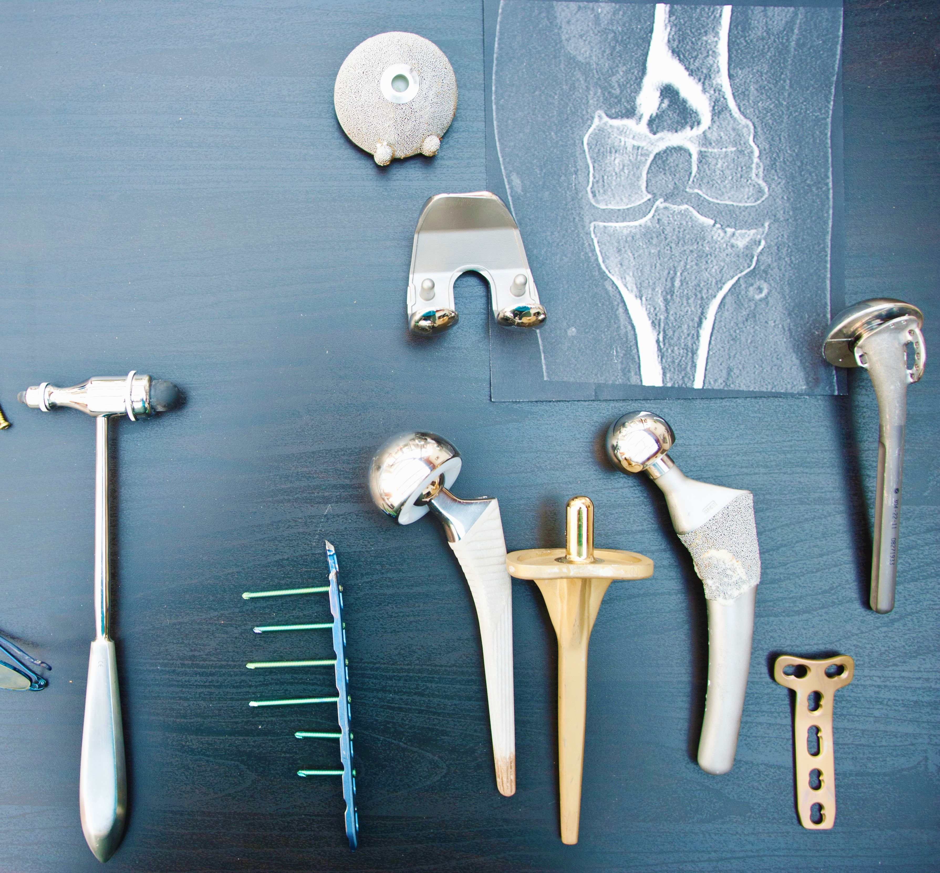 Desk of an orthopedic surgeon with different types of arthroplasties.