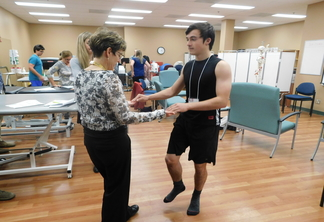 physiotherapist assesses standardized patient